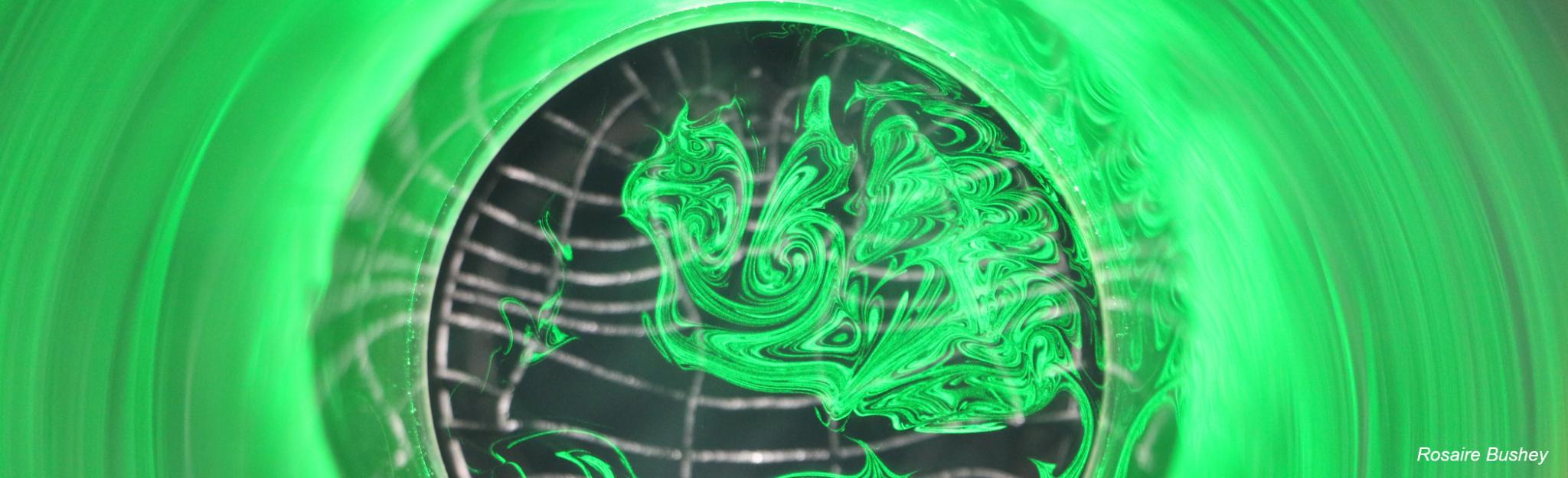 """Experimento em túnel de vento utilizando a técnica de medição de velocidade """"particle image velocimetry"""" (PIV, velocimetria por imagem de partículas)."""